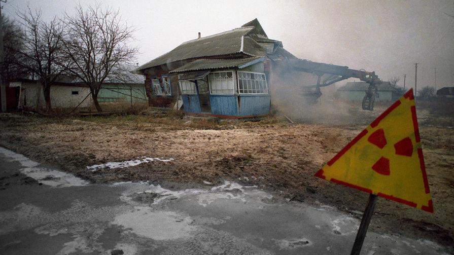Одна из покинутых деревень в районе Чернобыльской АЭС, октябрь 1990 год