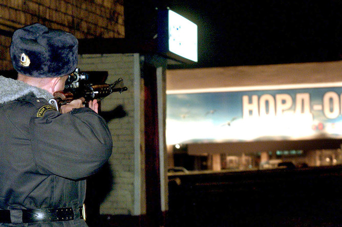 Сотрудник российских силовых структур около захваченного террористами Театрального центра на Дубровке, 25 октября 2002 года