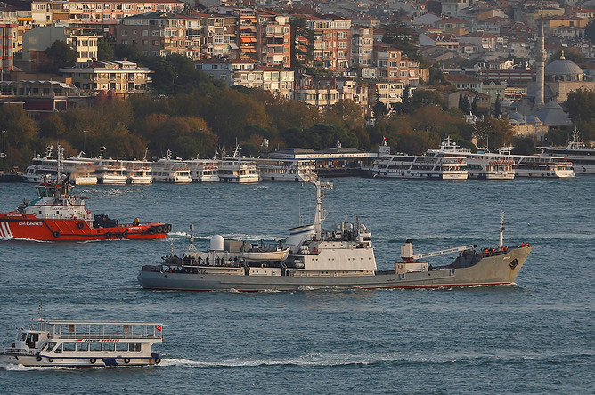 Разведывательный корабль Черноморского флота «Лиман» в проливе Босфор у берегов Стамбула, октябрь 2016 года