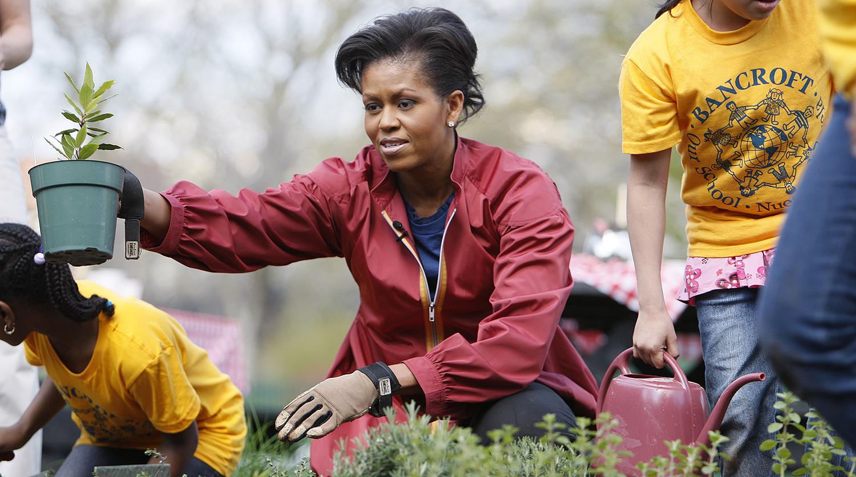 Мишель Обама на лужайке у Белого дома