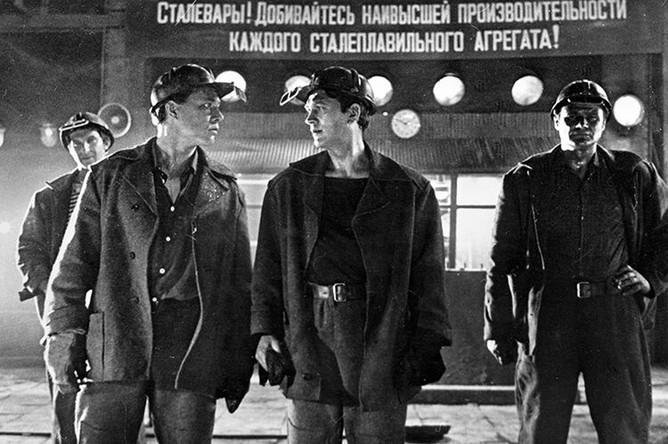 Актеры Игорь Охлупин , Леонид Дьячков и Борис Юрченко в эпизоде из фильма Юлия Карасика «Самый жаркий месяц», 1974 год