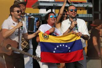 Выступление колумбийского певца Карлоса Вивеса на концерте Venezuela Aid Live на границе Колумбии и Венесуэлы, 22 февраля 2019 года