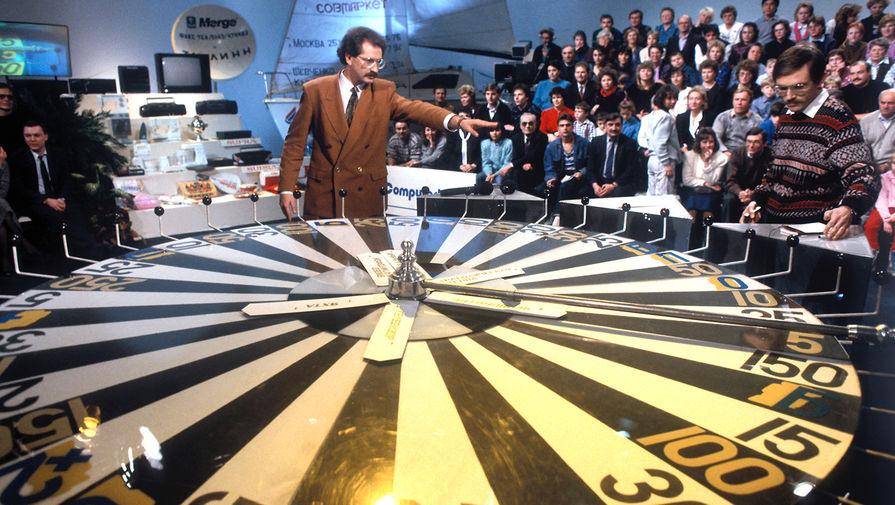 Телеведущий Центрального телевидения Владислав Листьев во время телеигры капитал-шоу «Поле чудес», 1991