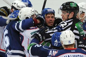 Матч «Динамо» — «Торпедо» изобиловал различными потасовками на льду