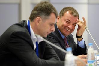 Исполнительный директор СБР Сергей Кущенко и президент организации Михаил Прохоров во время заседания в лыжно-биатлонном комплексе «Лаура»