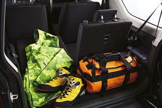 Объем багажника Suzuki Jimny всего 113 литров, но если сложить спинки задних сидений можно высвободить еще 700.