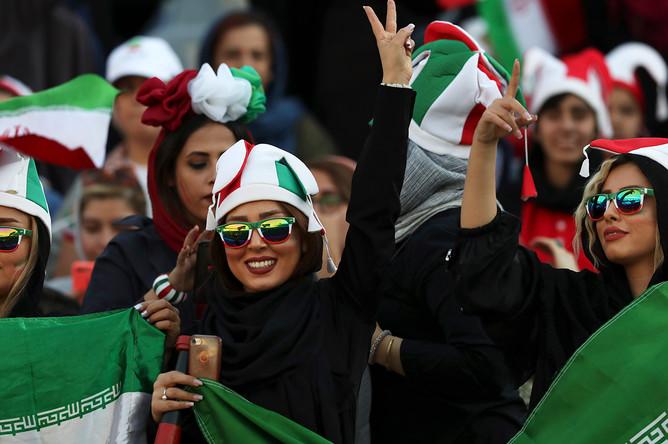 Иранские болельщицы во время футбольного матча отборочного турнира ЧМ-2022 года между Ираном и Камбоджей, в Тегеране, 10 октября 2019 года