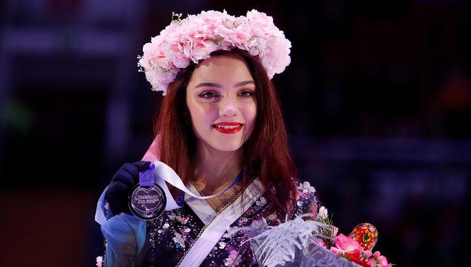Фигуристка Евгения Медведева во время церемонии награждения призеров соревнований женского одиночного катания на V этапе Гран-при по фигурному катанию «Кубок Ростелеком» в Москве, ноябрь 2019 года