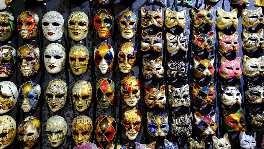 Карнавальные маски в одном из магазинов Венеции, февраль 2021 года