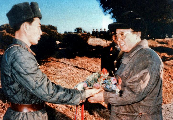 Ким Чен Ир и солдат с букетом цветов в военной части, 1995 год