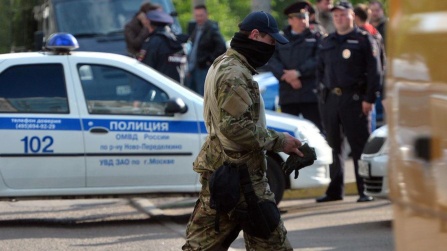 Сотрудник ФСБ РФ у жилого дома, где были задержаны члены террористической группы, входящей в запрещенную в России организацию «Исламское государство»
