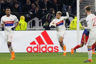 Футболист «Лиона» Мариано Диас забивает второй мяч