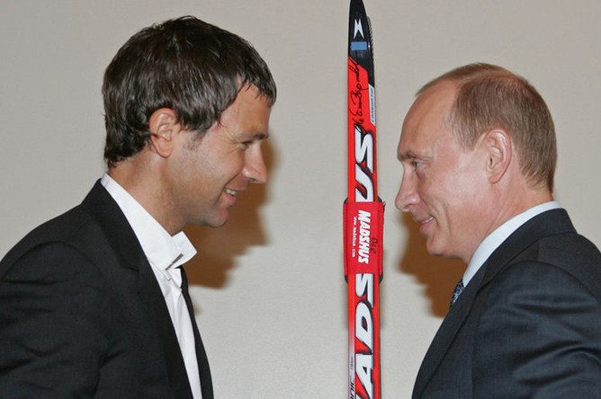 Норвежский биатлонист Оле-Эйнар Бьерндален и президент России Владимир Путин (слева направо на первом плане) во время встречи в Ново-Огарево, 2007 год