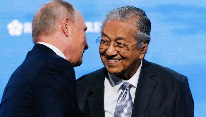 Президент России Владимир Путин и премьер-министр Малайзии Махатхир Мохамад во время пленарного заседания в рамках Восточного экономического форума во Владивостоке, 5 сентября 2019 года