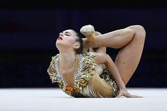 Александра Солдатова (Россия) выполняет упражнения с мячом в финале чемпионата Европы по художественной гимнастике в Баку.