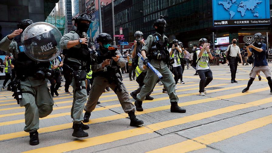 Сотрудники полиции во время акции протеста в Гонконге, 27 мая 2020 года