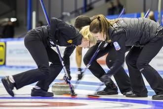 Женская сборная России по керлингу в действии