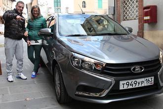 Итальянцы с интересом осматривают Lada Vesta