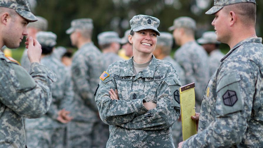 Группа военных ебут парня в армии