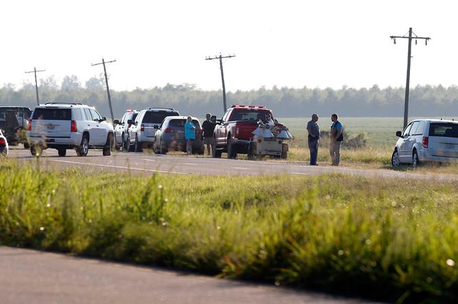 Экстренные службы и полиция на месте крушения военно-транспортного самолета в округе Лифлор штата Миссисипи, 10 июля 2017 года