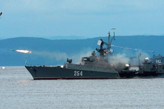 Малый противолодочный корабль во время парада кораблей, посвященного Дню Военно-морского флота России, во Владивостоке, 30 июля 2017 года