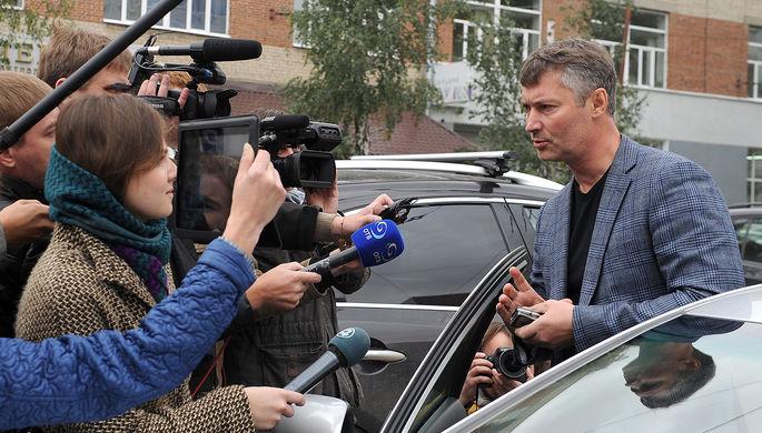 Глава Екатеринбурга Евгений Ройзман у здания Следственного комитета по УрФО, куда он был вызван по...