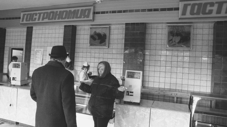 Пустые прилавки магазина в Москве, 2 апреля 1991 года