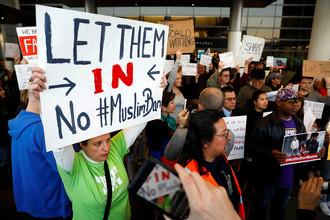 Акция протеста в аэропорту Лос-Анджелеса после задержания беженцев в связи с ужесточением миграционной политики США