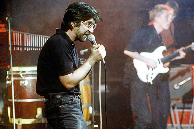 Музыкант Юрий Шевчук во время концерта, 1992 год