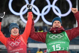 Российские спортсмены Денис Спицов (слева) и Александр Большунов, завоевавшие серебряные медали в командном спринте среди мужчин в соревнованиях по лыжным гонкам на XXIII зимних Олимпийских играх в Пхенчхане, 21 февраля 2018 года