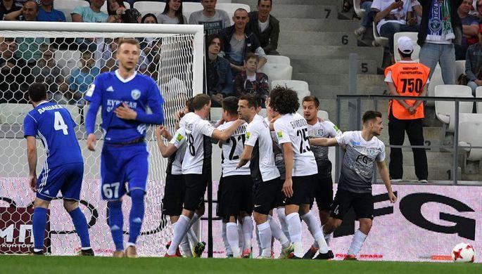Игроки «Тосно» радуются голу в ворота «Авангарда»