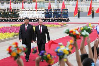 Президент России Владимир Путин и председатель КНР Си Цзиньпин во время встречи в Пекине, 8 июня 2018 года