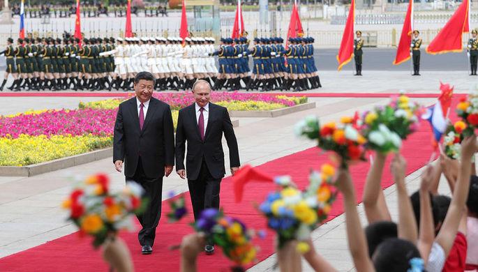 Президент России Владимир Путин и председатель КНР Си Цзиньпин во время встречи в Пекине, 8 июня...