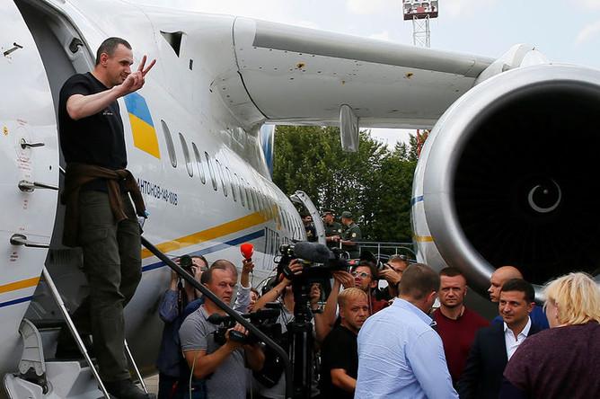 Освобожденный в рамках обмена России и Украины режиссер Олег Сенцов выходит из самолета в аэропорту Борисполя, 7 сентября 2019 года