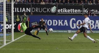 Марио Гомес забивает гол