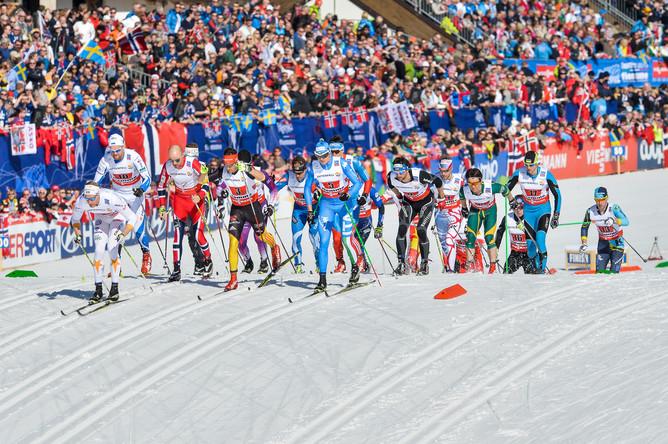 Лыжники на старте эстафеты