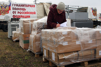 Коробки на месте разгрузки колонны с гуманитарной помощью для жителей юго-востока Украины