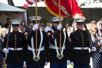 Церемония вноса и выноса государственного флага США и знамени подразделения морской пехоты