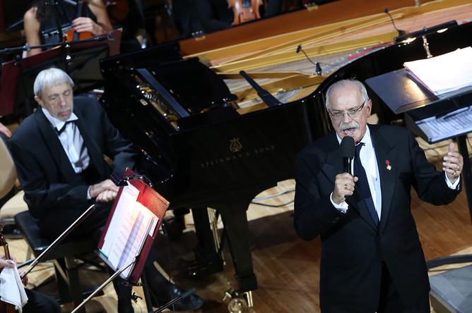 Композитор Эдуард Артемьев и режиссер Никита Михалков (слева направо) на творческом вечере «Территория любви»