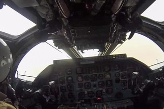 Пилот в кабине бомбардировщика-ракетоносеца Ту-22 М3 Военно-космических сил России во время боевого вылета для нанесения массированного удара авиабомбами ОФАБ-250-270 по объектам инфраструктуры ИГ в Сирии