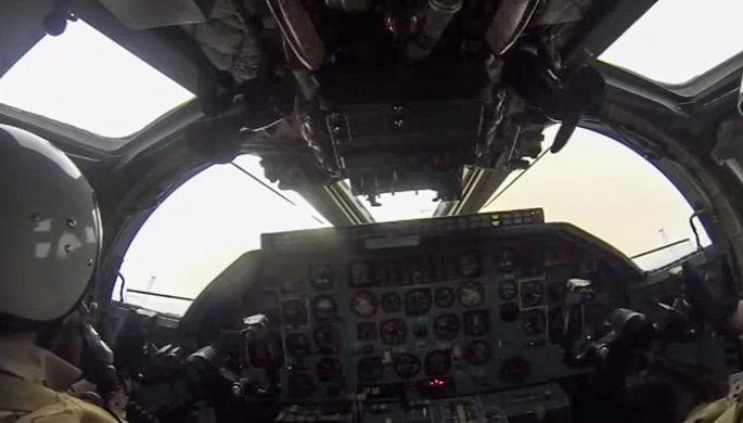 Пилот в кабине бомбардировщика-ракетоносеца Ту-22 М3 Военно-космических сил России во время боевого...