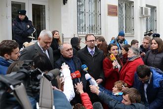 Российские адвокаты Марк Фейгин (второй слева) и Николай Полозов (четвертый слева) гражданки Украины Надежды Савченко, обвиняемой по делу о гибели российских журналистов в Донбассе, у здания Донецкого городского суда