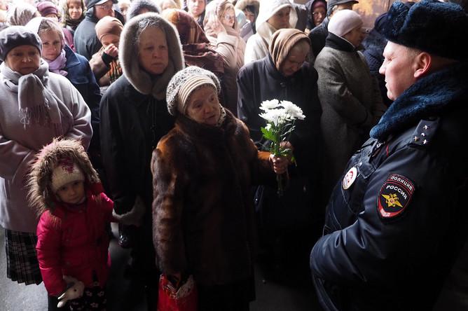 Очередь на территории Донского монастыря, куда доставили мощи крымского святителя Луки Войно-Ясенецкого