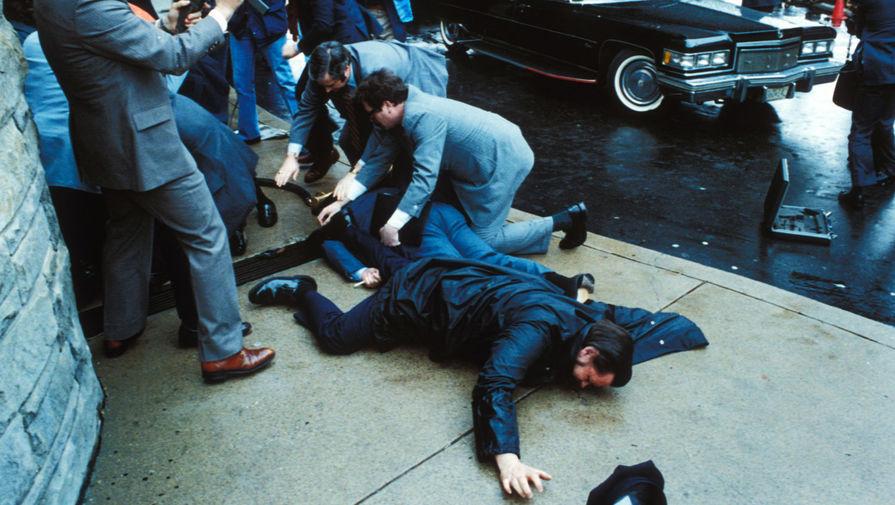 Пресс-секретарь Белого дома Джеймс Брейди и полицейский Томас Делаханти, посрадавшие в результате покушения
