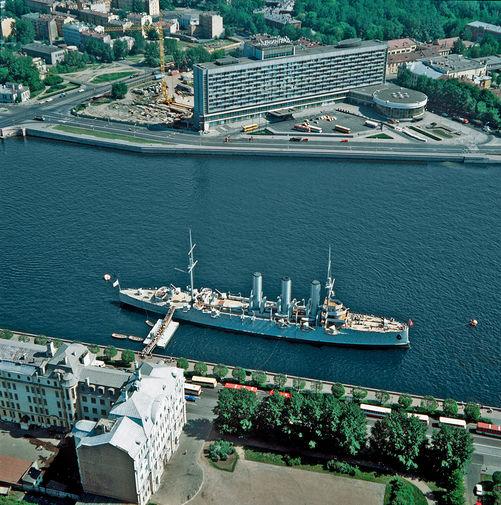 Вид на Неву, крейсер «Аврора» и отель «Санкт-Петербург» в центре города