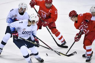 Джон МакКарти (США), Павел Дацюк (Россия) в матче Россия- США по хоккею среди мужчин группового этапа на XXIII зимних Олимпийских играх