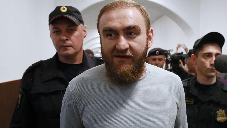Рауф Арашуков перед началом заседания Басманного суда города Москвы, где рассматривается ходатайство следствия о продлении ему срока ареста, 27 июня 2019 года