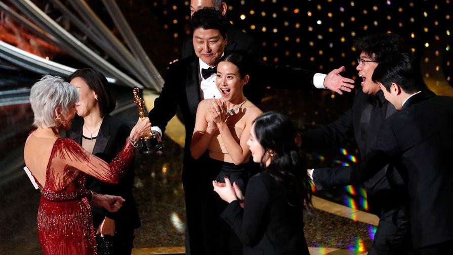Режиссер и продюсер фильма «Паразиты» Пон Чжун Хо и Квак Син-э во время церемонии награждения кинопремии «Оскар» в Лос-Анджелесе, 9 февраля 2020 года
