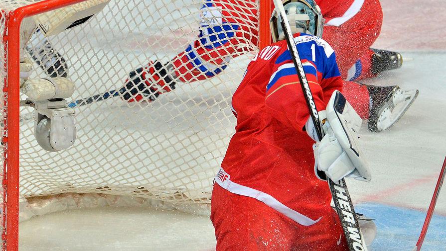 Вратарь сборной России Илья Самсонов пропускает шайбу в свои ворота в полуфинальном матче плей-офф молодежного чемпионата мира по хоккею между сборными командами России и США