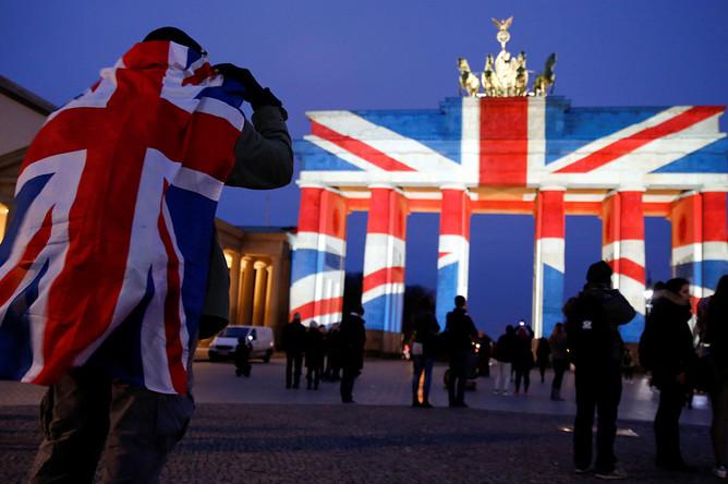 Бранденбургские ворота в цветах британского флага, 23 февраля 2017 года